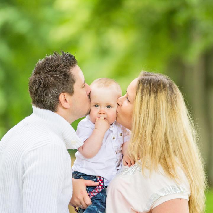 Liam med familj - familjefotografering